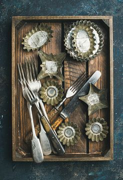 12266338 Ustensiles de cuisine d'époque sur un plan en bois rustique sur BeeldigBeeld Food & Lifestyle