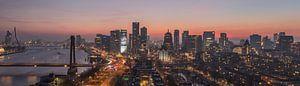 De skyline van Rotterdam tijdens de avond