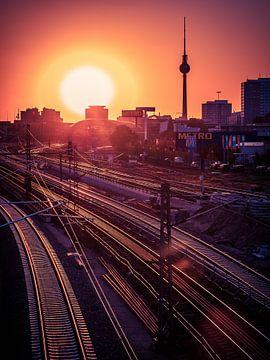 Berlijn - Een zonsondergang in Friedrichshain van Alexander Voss