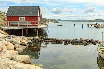 Rote Sommerhäuschen auf felsigem Archipel in Schweden. von Mieneke Andeweg-van Rijn