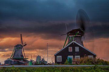 De Zaanse Schans met zonsondergang. van