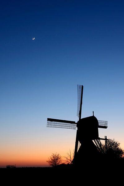 Poldermolen net na zonsondergang van Mark Leeman