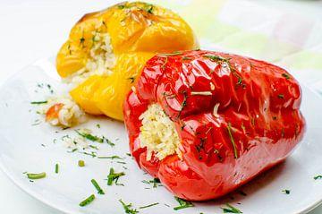 Gevulde gele en rode paprika's met rijst van
