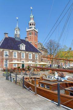 Oude wagen en stadhuis in Leer, Oost-Friesland van Peter Eckert