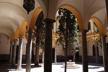 cour avec architecture en arcades sur jan katuin