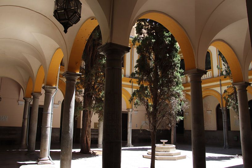 binnenplein met bogen architectuur van Jan Katuin