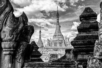 Tempel Doorkijk in Myanmar van Koen Boelrijk Photography