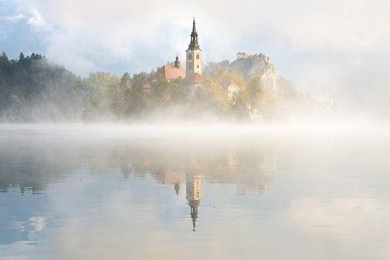 Ochtendnevel en spiegeling bij het Meer van Bled