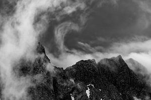 résulte en un brouillard et des nuages dramatiques dans les Alpes