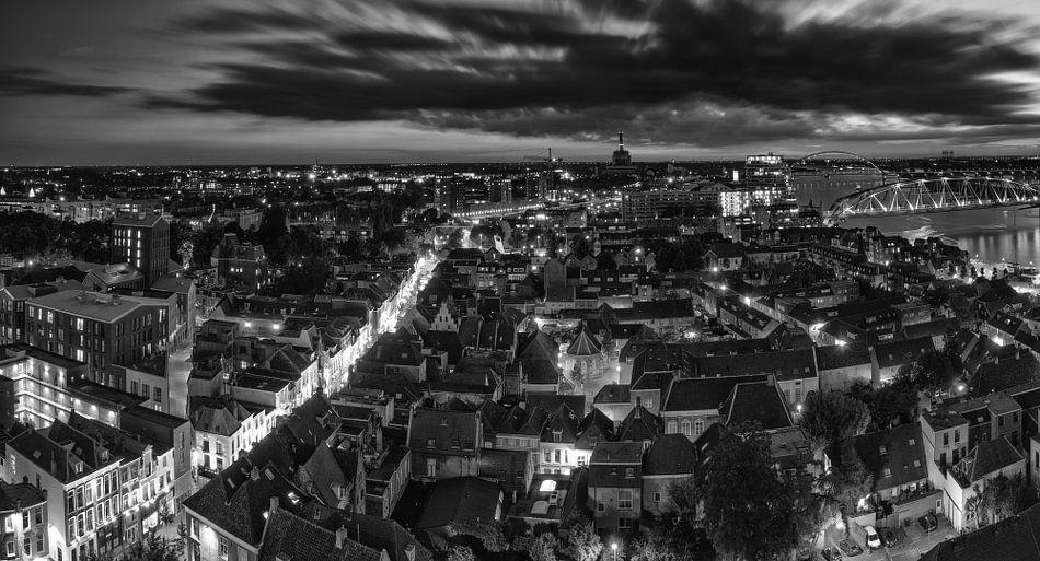 Nijmegen bij nacht (in zwart wit)