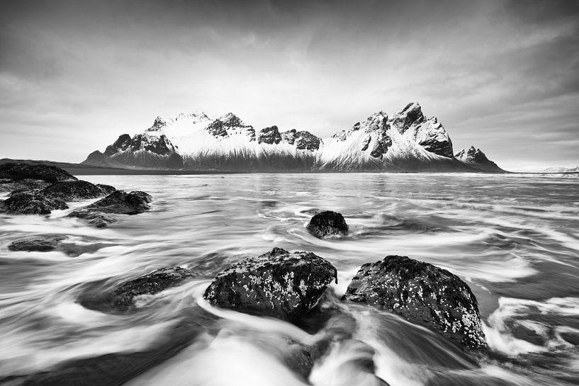 Bergkette vor wilder Brandung - Schwarzweißbild von Ralf Lehmann