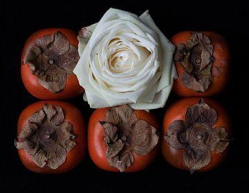 Stilleben mit weisse Rose und Tomaten von Bert Bouwmeester