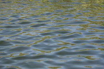 abstracte reflectie op water van Cora Unk