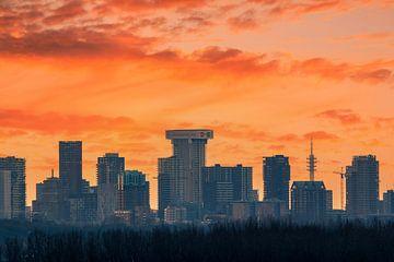 Roter Himmel hinter Skyline Rotterdam von Ilya Korzelius