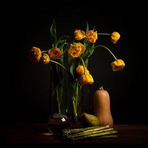 Stilleben gelbe Tulpen und Linsenkugel
