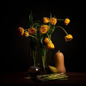 Stilleben gelbe Tulpen und Linsenkugel von Coby Bergsma