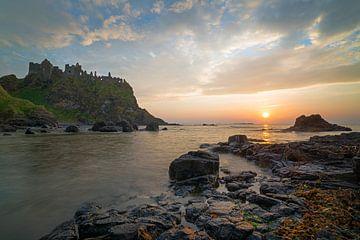 Sonnenuntergang am Dunluce Castle von Roelof Nijholt