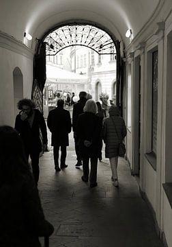 Durchgang zu einem Innenhof in Prag von Heiko Kueverling