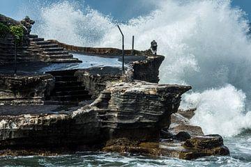 Woeste zee bij de Tanah Lot tempel, Bali van Hugo Braun