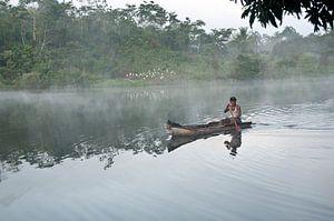 Emberra indiaan in een kano in Panama van