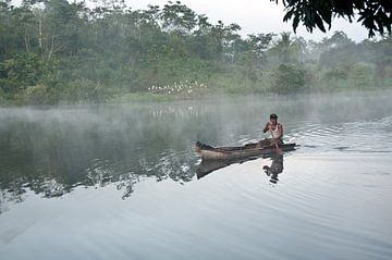 Emberra indiaan in een kano in Panama von Jacintha Van beveren