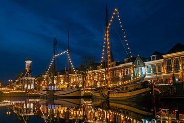 Dekorierte traditionelle Segelboote in Dokkum Niederlande zur Weihnachtszeit bei Nacht von Nisangha Masselink