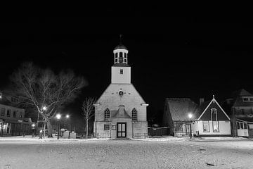 Avondfoto dorpsplein De Koog in de sneeuw, Texel van Ad Jekel