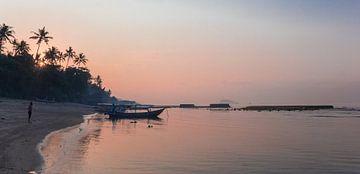 Panorama van een zonsopgang aan de kust van Candidasa, Bali, Indonesia van Marc Venema