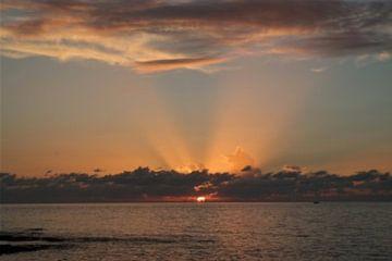 zonsondergang Cyprus van Gerard Stokhuyzen