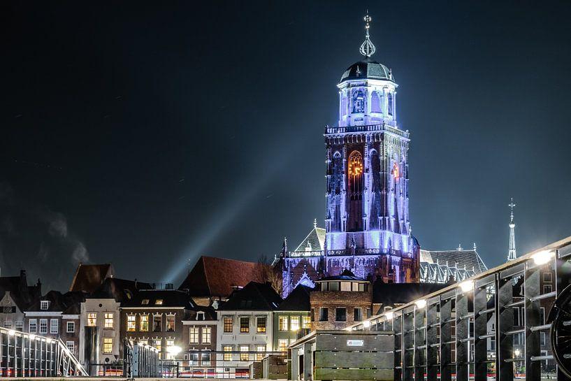 Lebuinus kerk in eenmalig blauwe verlichting. (2017). van Frank Slaghuis