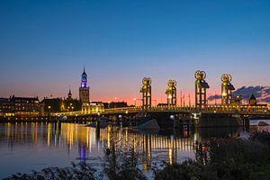 Zicht op de skyline van Kampen in de avond