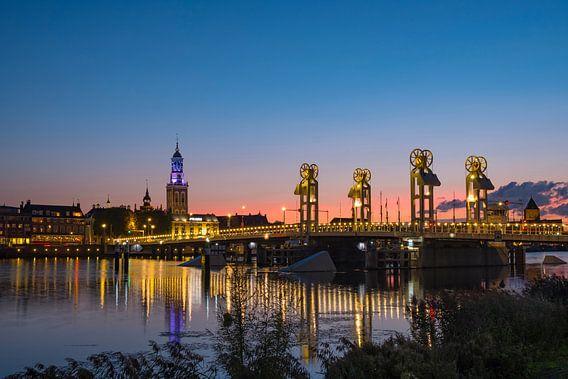 Zicht op de skyline van Kampen in de avond van Sjoerd van der Wal
