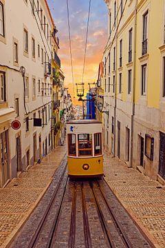 Traditionele Bica tram rijdend in Lissabon Portugal bij zonsondergang van Nisangha Masselink