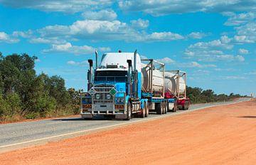Roadtrain in Australië van Henk van den Brink