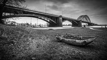 Nijmegen Waalbrug met roeiboot van