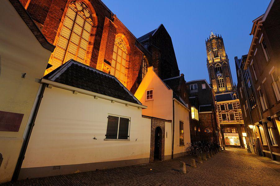 Buurkerk en Domtoren gezien vanuit Buurkerkhof in Utrecht