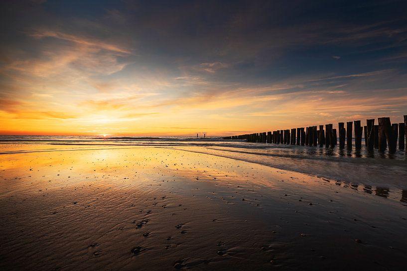 Slowly You Dissolve (zonsondergang strand Domburg) van Thom Brouwer