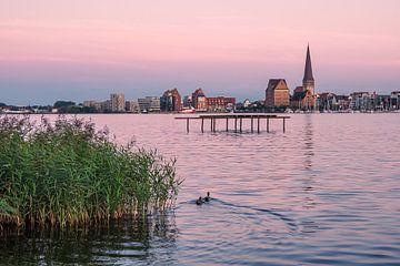 Blick über die Warnow auf die Hansestadt Rostock am Abend von Rico Ködder