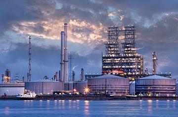 Petrochemische fabriek in twilight_3 van Tony Vingerhoets