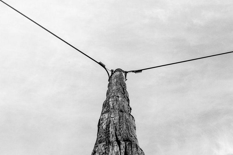 Verweerde paal met stroomdraden in zwart/wit van Peters Foto Nieuws l Beelderiseren