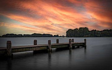 Zonsondergang steiger aan het Brielse Meer van Marjolein van Middelkoop