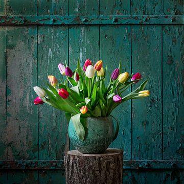 Holländische Tulpen vor einem alten Scheunentor. von Anita Smink