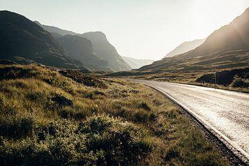De weg door de prachtige natuur van Glencoe van Rebecca Gruppen