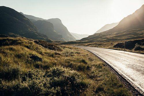 De weg door de prachtige natuur van Glencoe van