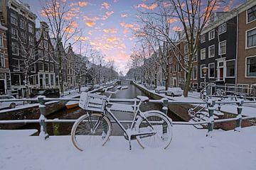 Besneeuwd Amsterdam in Nederland in de winter bij zonsondergang sur Nisangha Masselink