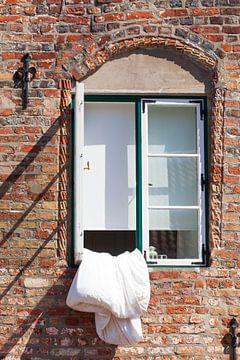 Altes Fenster mit Bettlaken, Altstadt, Lübeck, Schleswig-Holstein, Deutschland, Europa von Torsten Krüger