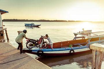 Boot op de Commewijne rivier, Suriname van Marcel Bakker