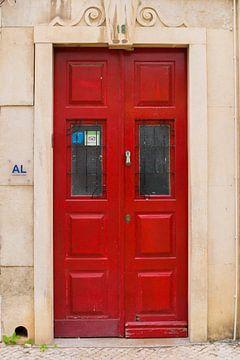 Die Türen von Portugal rote Nummer 18 von Stefanie de Boer