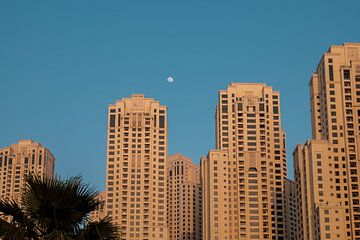Dubai Marina Strand Wolkenkratzer mit Mond von Martijn van den Hil