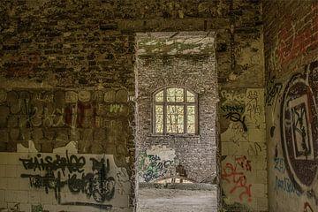 Fenster in verfallenem Fort von Ans Bastiaanssen